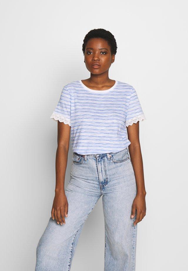 TEE WITH CROCHET TAPE DETAIL - T-shirt z nadrukiem - light blue/white