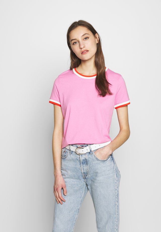 TEE WITH CONTRAST NECK - T-shirt z nadrukiem - wild orchid pink purpl