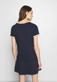 TOM TAILOR DENIM - TEE WITH CONTRAST NECK - T-shirt z nadrukiem - real navy blue - 2