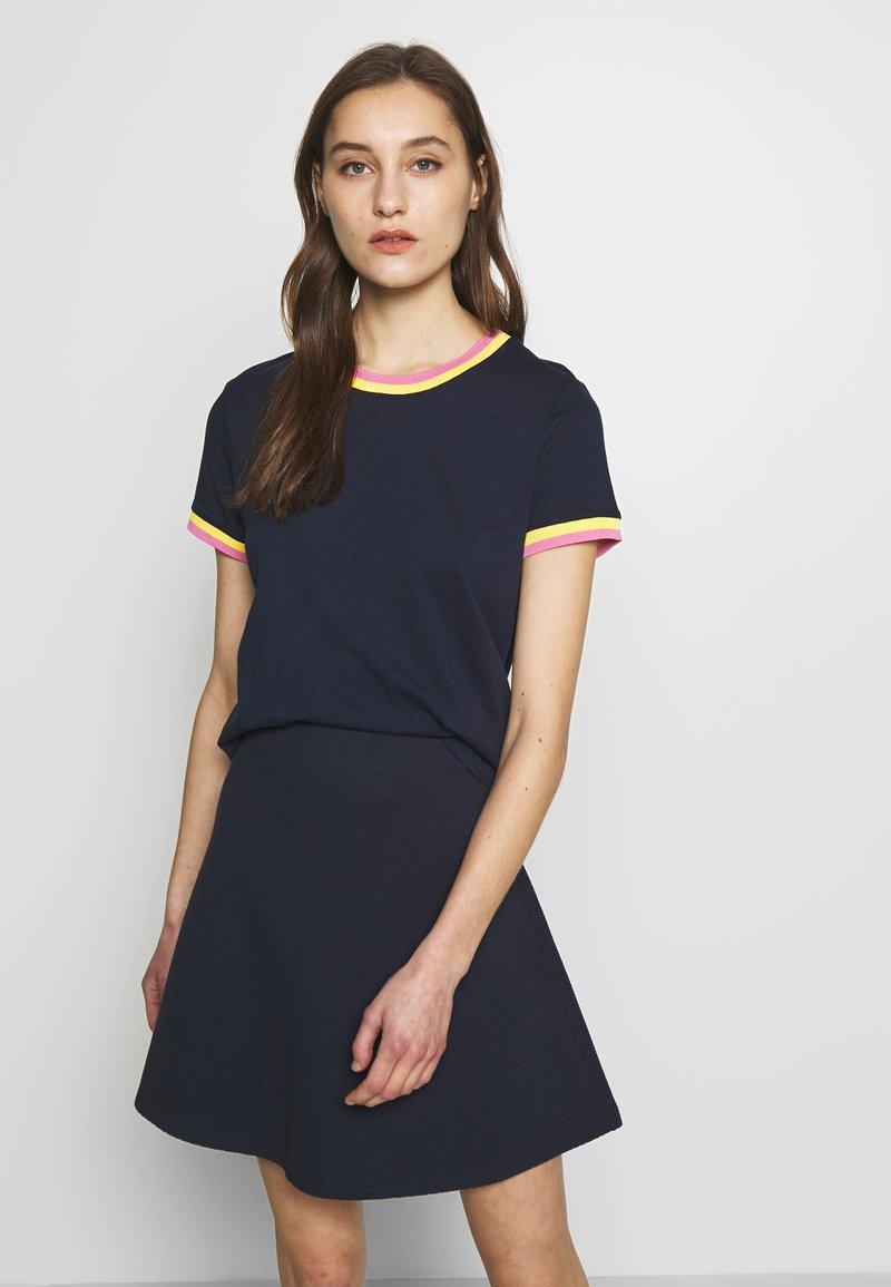 TOM TAILOR DENIM - TEE WITH CONTRAST NECK - T-shirt z nadrukiem - real navy blue