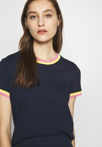 TOM TAILOR DENIM - TEE WITH CONTRAST NECK - T-shirt z nadrukiem - real navy blue - 3