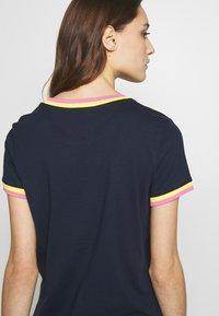 TOM TAILOR DENIM - TEE WITH CONTRAST NECK - T-shirt z nadrukiem - real navy blue - 5