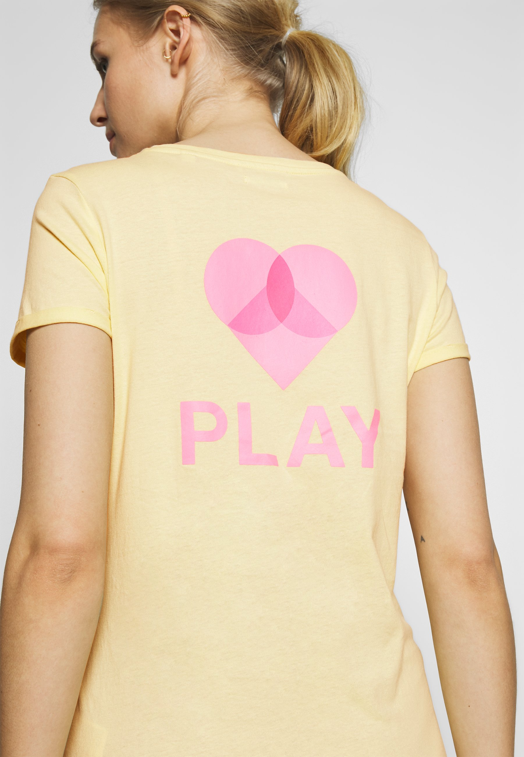 TOM TAILOR DENIM MODERN FIT PRINT TEE - T-shirts med print - pale yellow