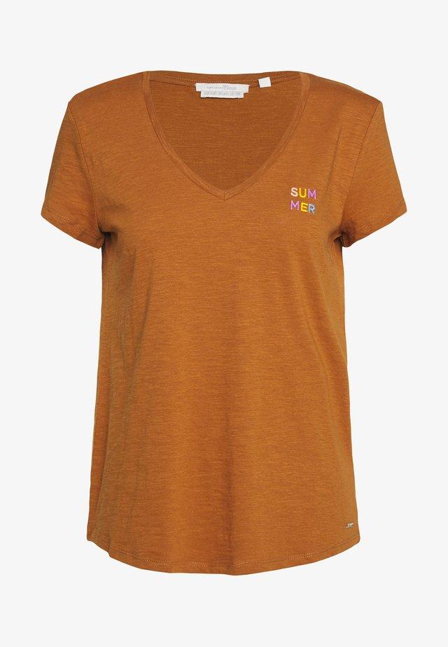 BASIC V NECK TEE WITH EMBRO - Basic T-shirt - mango brown