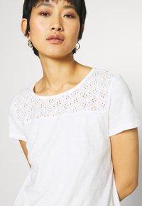 TOM TAILOR DENIM - SHIFFLI MIX TEE - T-shirt z nadrukiem - off white - 4