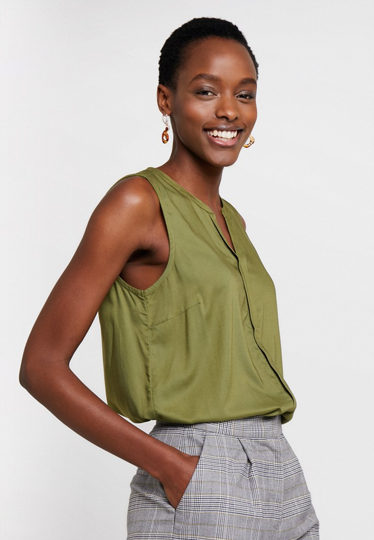 TOM TAILOR DENIM - SLEEVELESS OPEN NECK  - Bluse - summer leaf green
