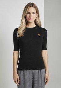 TOM TAILOR DENIM - LEO-STICKEREI - T-shirt z nadrukiem - deep black - 0