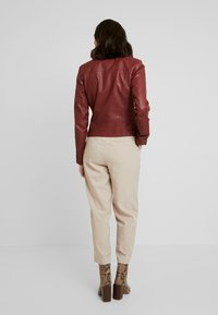 TOM TAILOR DENIM - Imitatieleren jas - fired brick red - 2