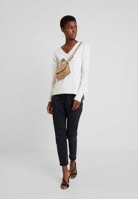 TOM TAILOR DENIM - Stickad tröja - marble beige melange          white - 1