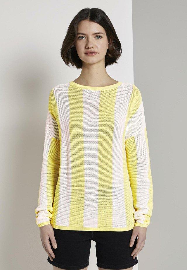 PULLOVER & STRICKJACKEN GEMUSTERTER STRICKPULLOVER - Jersey de punto - yellow white vertical stripe