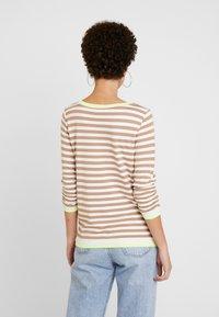 TOM TAILOR DENIM - RUFFLE WITH TIPPING - Bluzka z długim rękawem - off white/camel/brown - 2
