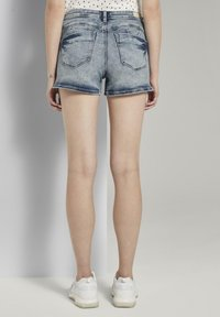 TOM TAILOR DENIM - MIT PUSH UP EFFECT - Shorts di jeans - moon wash mid blue denim - 2