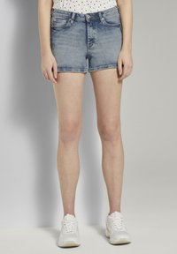 TOM TAILOR DENIM - MIT PUSH UP EFFECT - Shorts di jeans - moon wash mid blue denim - 0