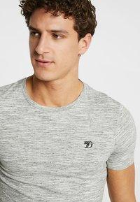 TOM TAILOR DENIM - Basic T-shirt - ecru/new space dye white - 4
