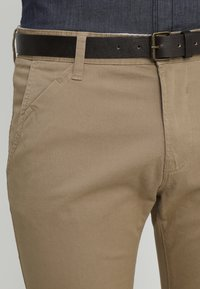 TOM TAILOR DENIM - WITH BELT PANTS - Kangashousut - honey camel beige - 3