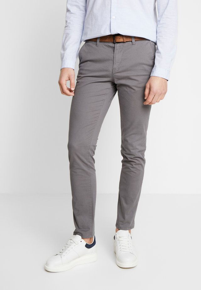 SLIM CHINO WITH BELT - Chino kalhoty - castlerock grey