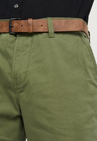 TOM TAILOR DENIM - SLIM CHINO WITH BELT - Chinot - cedar green - 3