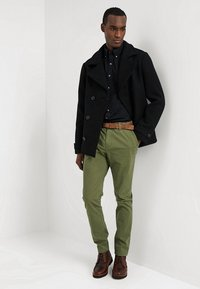 TOM TAILOR DENIM - SLIM CHINO WITH BELT - Chinot - cedar green - 1