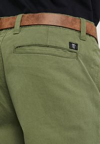 TOM TAILOR DENIM - SLIM CHINO WITH BELT - Chinot - cedar green - 5