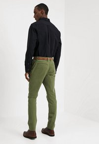 TOM TAILOR DENIM - SLIM CHINO WITH BELT - Chinot - cedar green - 2