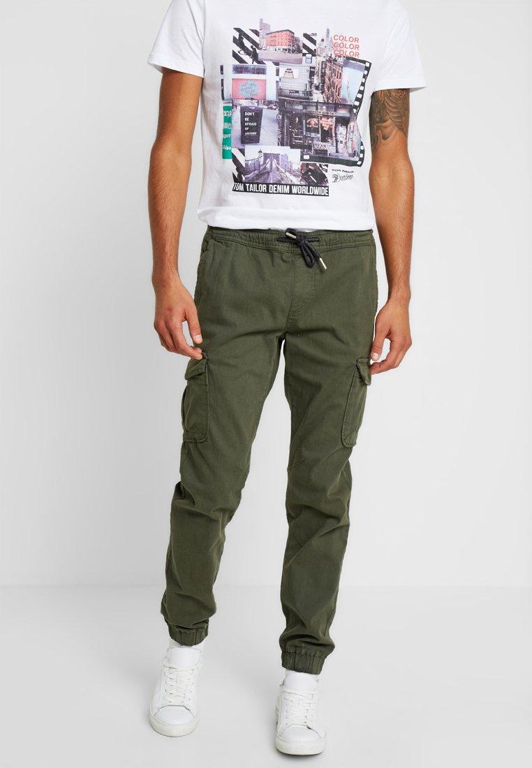 TOM TAILOR DENIM - Pantaloni cargo - woodland green