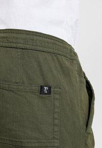 TOM TAILOR DENIM - Pantaloni cargo - woodland green - 5