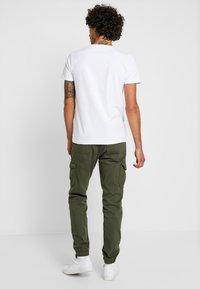 TOM TAILOR DENIM - Pantaloni cargo - woodland green - 2