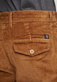 TOM TAILOR DENIM - RELAXED CHINO - Pantalones - light oak - 7