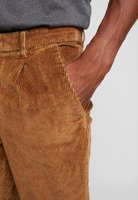 TOM TAILOR DENIM - RELAXED CHINO - Pantalones - light oak - 4