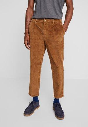 RELAXED CHINO - Spodnie materiałowe - light oak