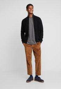 TOM TAILOR DENIM - RELAXED CHINO - Pantalones - light oak - 1