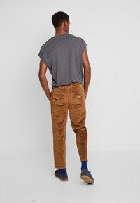 TOM TAILOR DENIM - RELAXED CHINO - Pantalones - light oak - 2