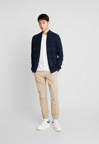 TOM TAILOR DENIM - JOGGERFIT - Pantalones - ecru brown - 1