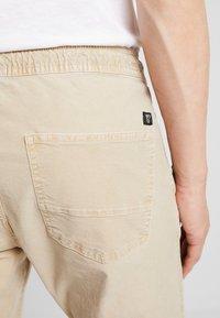 TOM TAILOR DENIM - JOGGERFIT - Pantalones - ecru brown - 3