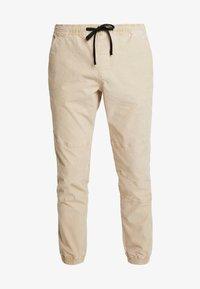 TOM TAILOR DENIM - JOGGERFIT - Pantalones - ecru brown - 4
