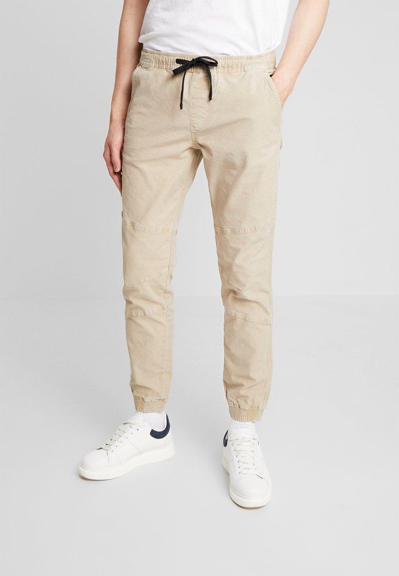 TOM TAILOR DENIM - JOGGERFIT - Pantalones - ecru brown