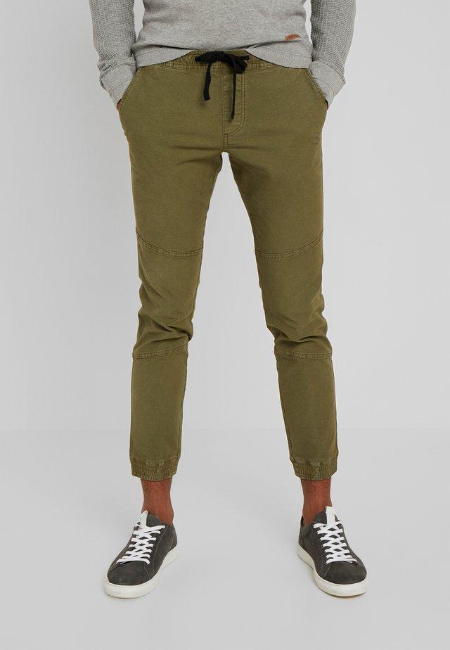 JOGGERFIT - Spodnie materiałowe - dry greyish olive