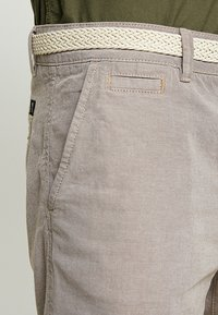 TOM TAILOR DENIM - WITH BELT - Kraťasy - chinchilla brown - 3