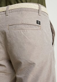 TOM TAILOR DENIM - WITH BELT - Kraťasy - chinchilla brown - 5