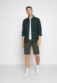 TOM TAILOR DENIM - CHINO SHORTS - Shorts - woodland green - 1