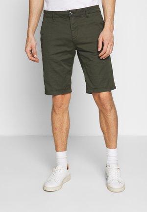 CHINO SHORTS - Shorts - woodland green