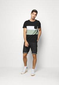 TOM TAILOR DENIM - Shorts di jeans - dark stone/black denim - 1