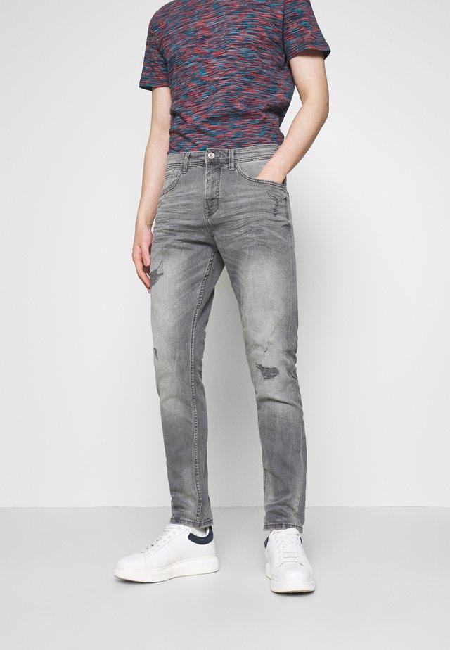 TAPERED CONROY  - Zúžené džíny - mid stone grey