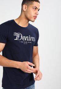 TOM TAILOR DENIM - CREWNECK TEE - T-shirt con stampa - night sky blue - 0