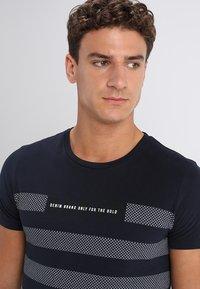 TOM TAILOR DENIM - STRIPED PANELPRINT - T-shirt z nadrukiem - sky captain blue - 4