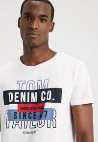 TOM TAILOR DENIM - Triko spotiskem - white - 4