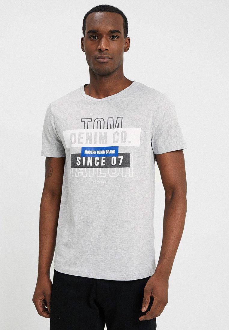 TOM TAILOR DENIM T-shirt z nadrukiem - light stone grey melange