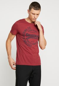 TOM TAILOR DENIM - T-shirt con stampa - fathers pipe red - 0