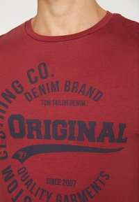 TOM TAILOR DENIM - T-shirt con stampa - fathers pipe red - 4