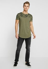 TOM TAILOR DENIM - Triko s potiskem - dusty olive green